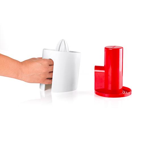 Da Guzzini arriva Squeeze&Press, uno spremiagrumi-estrattore manuale che permette di estrarre il 100% del succo senza mai doversi fermare per rimuovere il residuo in eccesso (15 euro)