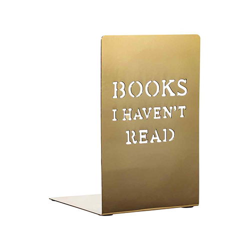 Un libro è sempre un regalo ben accetto e soprattutto a Natale è uno tra i doni preferiti da fare e ricevere. Da H&M Home un fermalibri in metallo che aiuta a ricordare i titoli ancora da leggere (12,99 euro)