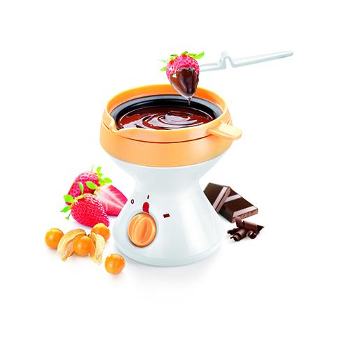 Per i più golosi: la fonduta per cioccolato elettrica di Tescoma. Nel set sono comprese anche 6 forchettine e un recipiente per conservare in frigorifero il cioccolato avanzato (29,90 euro)