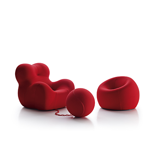 """La Serie Up 2000, progettata da Gaetano Pesce nel 1969, è composta da sette pezzi. Tra questi emerge la scultorea poltrona Up5, abbinata al pouf Up6, concepita come metafora della """"donna con la palla al piede"""", una figura femminile dal grembo accogliente e allo stesso tempo prigioniera. È disponibile anche una versione dedicata ai più piccoli (UpJ da 1.002 euro)"""
