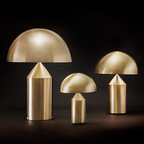 Disegnata nel 1977 da Vico Magistretti, Atollo negli anni è diventata l'archetipo della lampada da tavolo. Prodotta da Oluce, si  caratterizza dalla composizione di figure geometriche semplici: il cilindro, il cono e la semisfera (1.648 euro)