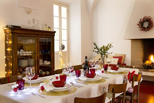 Elegante e senza eccessi: Croff sceglie una tovaglia bianca sulla quale spiccano dettagli rossi e oro