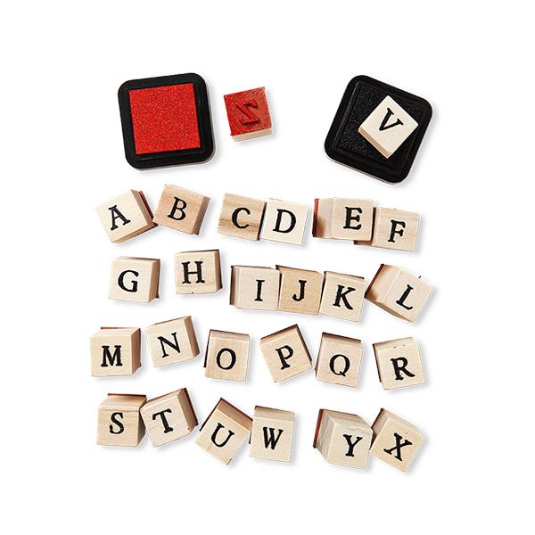 Set di 26 stampi in legno dalla A alla Z con tamponi in rosso e nero. In vendita in tutti gli store Flying Tiger Copenhagen a 4 euro