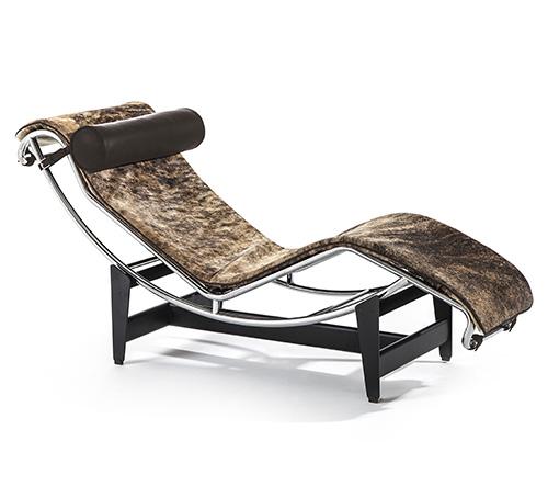 Cassina presenta la chaise-longue LC4 Pampas di Le Corbusier, Pierre Jeanneret, Charlotte Perriand in un rivestimento realizzato con una prestigiosa pelle di origine sudamericana caratterizzata da un motivo striato che rende ogni esemplare unico