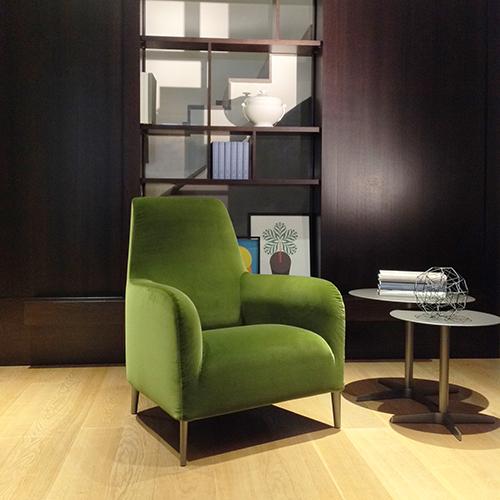 A Colonia la poltrona Divanitas Alta di Verzelloni rivestita in Greenery, colore protagonista del 2017 secondo Pantone