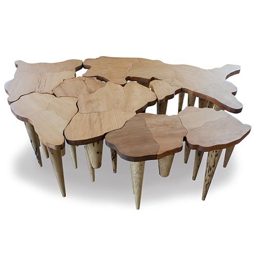 Tra le novità prodotto di Riva 1920 c'è il tavolo Pangea Small di Michele De Lucchi. Realizzato in legno massello, si caratterizza per il top a liste incollate e 25 gambe a sezione conica in legno di Briccola, ovvero pali recuperati dalla Laguna di Venezia