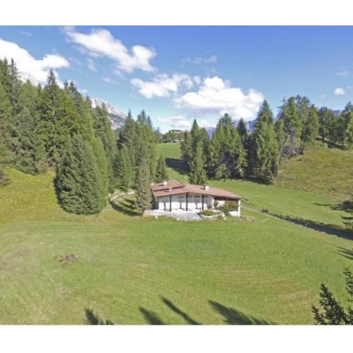 """Sulle montagne attorno a Cortina d'Ampezzo è in vendita, con prezzo riservato, la villa protagonista nel 1963 de """"La Pantera Rosa"""" e nel 1981 di """"007 Solo per i tuoi occhi"""""""
