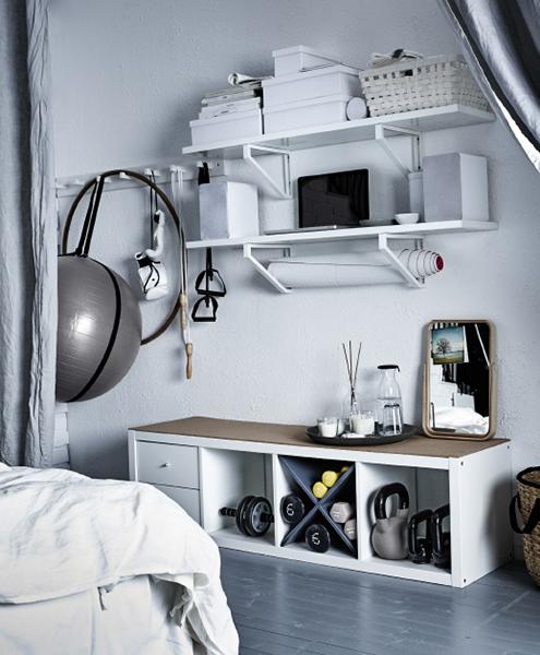 Lo scaffale Kallax di Ikea (prezzo 49,99 euro) è della dimensione giusta per riporre attrezzi, fascette e pesi vari.  Grazie alla sua altezza, può essere utilizzato anche per appoggiarsi durante i piegamenti e le flessioni