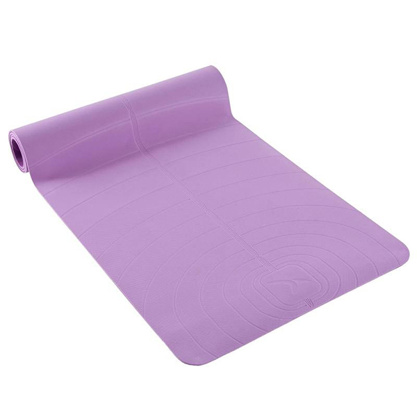 Materassino per yoga Decathlon. Dimensioni 185 cm (altezza) x 61 cm (larghezza), spessore 5 mm, prezzo 29,99 euro. Ottima l'aderenza anche nelle posizioni più difficili