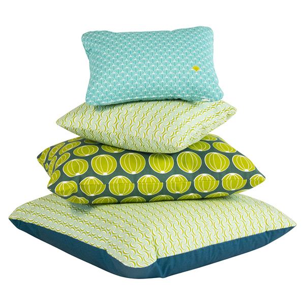 La collezione Les Pièces Rapportées di Fermob si arricchisce di nuove sfumature di verde. In foto: cuscino con motivo angurie (44x30 centimentri), meloni (68x44 centimentri) e banane (44x44 centimentri o 70x70 centimentri)