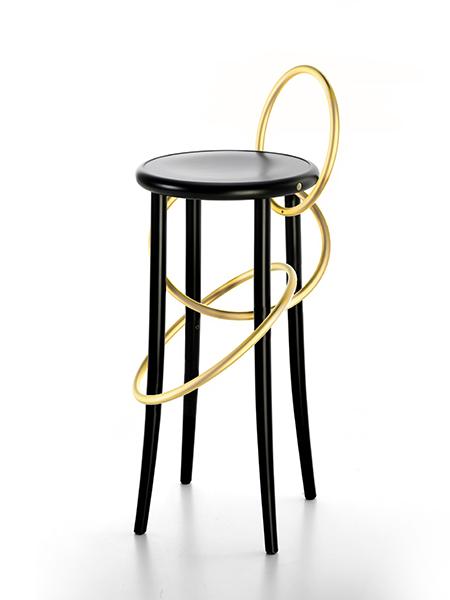 Cerchi in ottone per Gebrüder Thonet Vienna GmbH che presenta a Maison Objet 2017 due nuove versioni del proprio sgabello Cirque, disegnato da Martino Gamper
