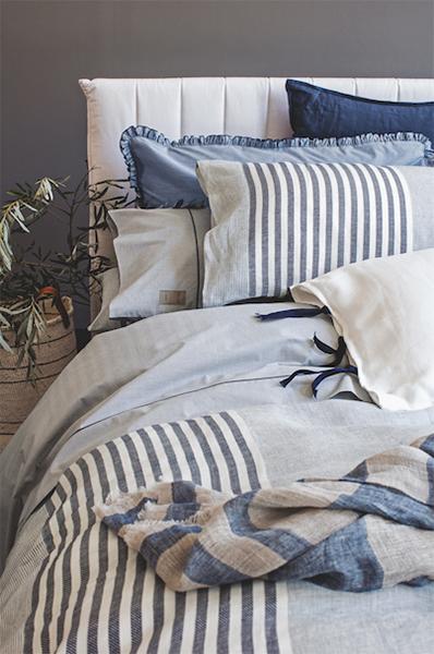 Il letto si veste di azzurro e di blu con la nuova linea Blow in lino di Fazzini