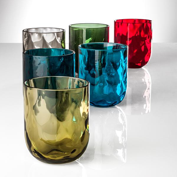 Se amate i colori, sedetevi a tavola con Venini e con la sua nuova collezione di bicchieri Carnevale che rievoca il motivo a losanghe del costume di Arlecchino