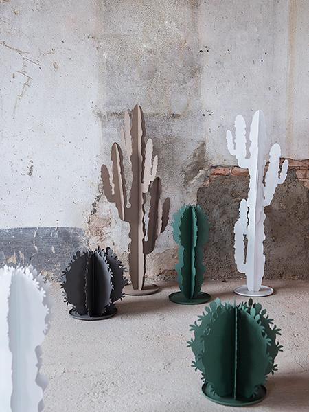 Arti&Mestieri in linea con la tendenza del momento presenta la collezione Cactus: decorazioni in metallo laccato e sagomato manualmente. Disponibili nelle tonalità del verde salvia, bianco, beige e fango