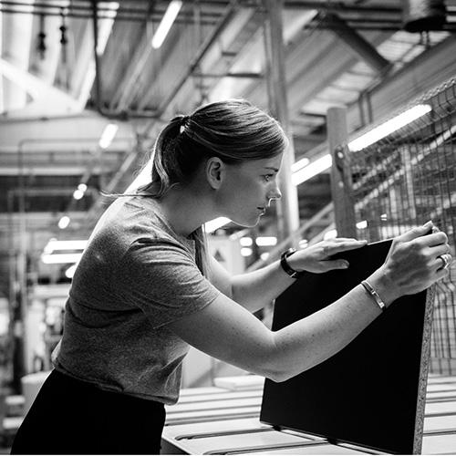 Anna Granath, responsabile del team che ha sviluppato Kungsbacka, in visita alla 3B, il fornitore italiano che ha realizzato il nuovo prodotto