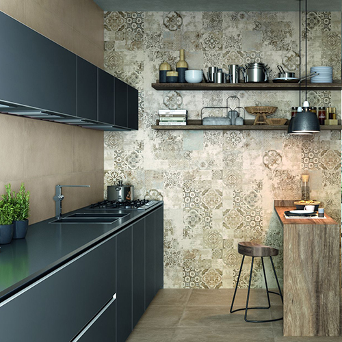 Il decoro Carpet è composto da un mix di due soggetti e si ispira alle grafiche delle cementine invecchiate e usurate in stile shabby