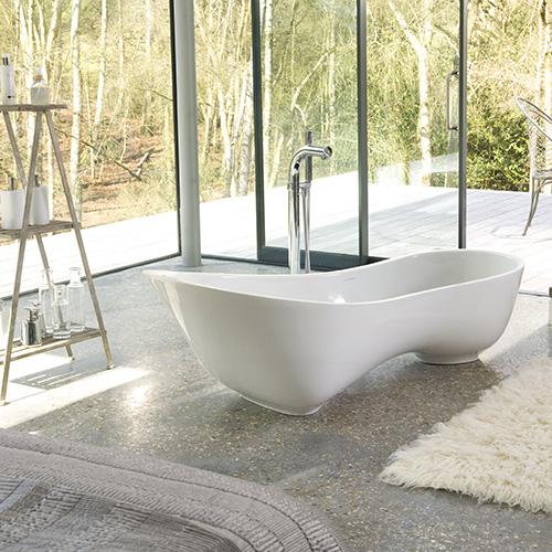 Le eleganti ed ergonomiche curve della vasca Cabrits di Victoria + Albert accolgono comodamente due persone