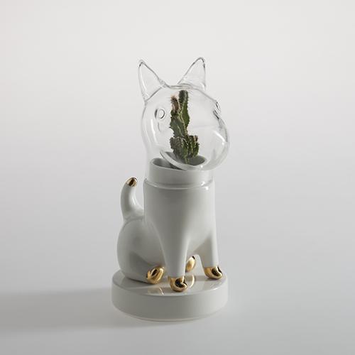 Matteo Cibic firma per Bosa un ironico porta piante a forma di cane con la testa che funge da mini serra. Si chiama Dogsai ed è destinato a farci compagnia sulla scrivania durante le ore di lavoro