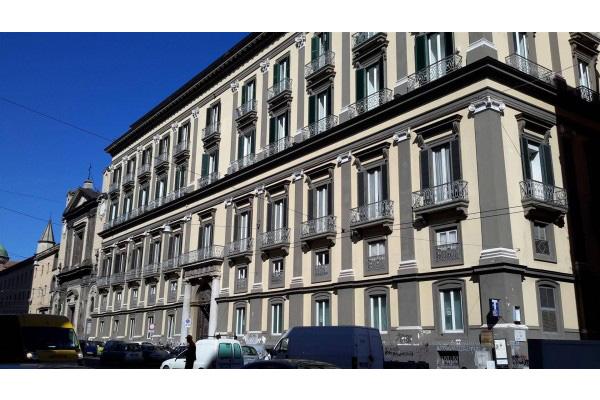 NAPOLI, casa con pista da rollerblade. Nel centro di Napoli si vende un appartamento di ben 1.500 mq: al primo piano nobile di un prestigioso fabbricato, ha una quadratura ideale per realizzare un albergo, uffici, show room, o per creare uno spazio dedicato agli amanti dei rollerblade. Il prezzo di vendita è di 4 milioni di euro