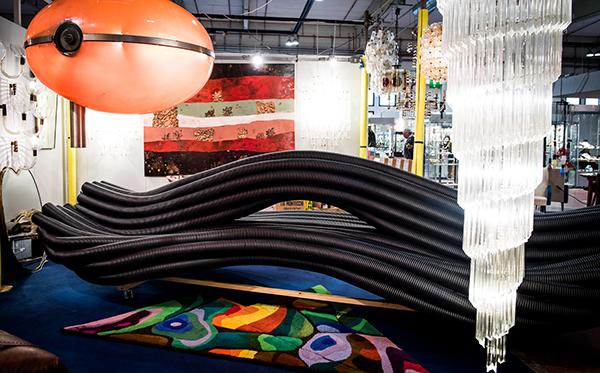 Divano in tubi di plastica (foto Danilo Marchesi)