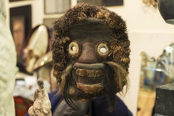 Maschera d'ispirazione africana realizzata con materiali vegetali (foto Fabio Bottini)