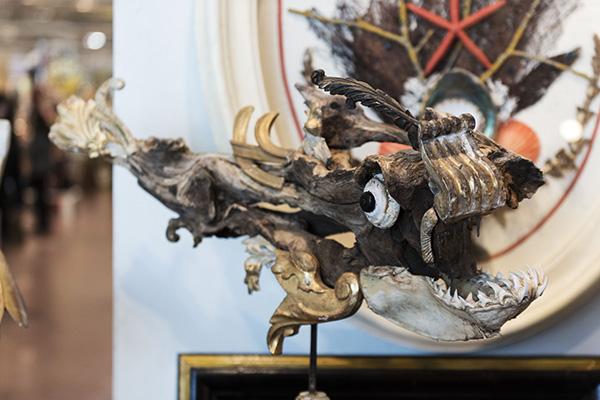 Testa di drago realizzata con frammenti dorati (foto Fabio Bottini)