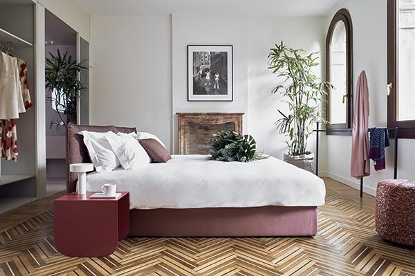 A ispirare la scelta dei colori per le camere da letto sono  le sfumatura della natura lagunare: rosa, verde, giallo e blu diventano i toni predominanti di queste stanze (foto Valentina Sommariva)