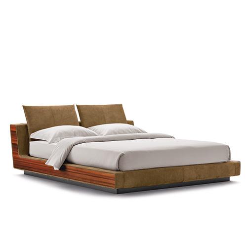 Rivestite in chiave moderna le linee rigorose  degli anni Settanta: è il letto Sama, disegnato da Cuno Frommherz per Flou. In foto, la nuova versione in larice