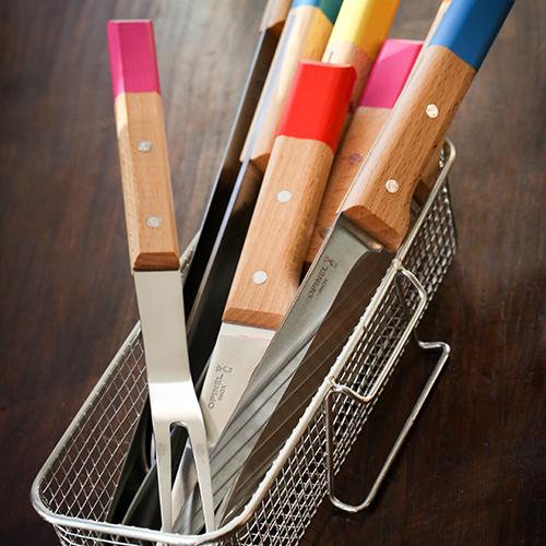 La linea di coltelli da cucina Parallèle di Opinel, qui nella versione Pop con manico in legno naturale abbinato a fasce di colore, ha profili studiati per ottimizzare ogni gesto e garantire il taglio perfetto per tutti alimento (da 10 a 32 euro)