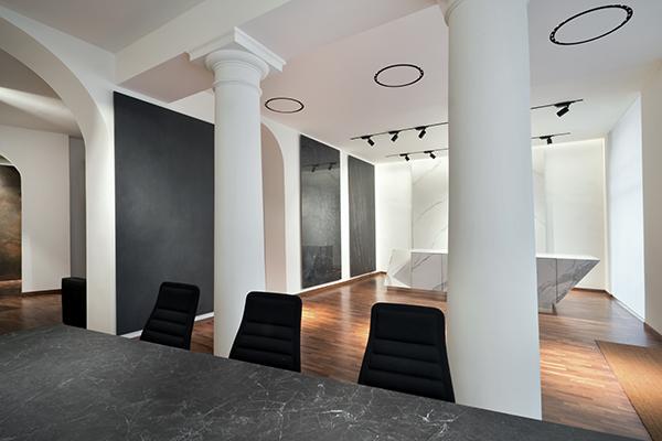 Il nuovo showroom milanese presenta le principali collezioni: nei formati ideali per pavimenti e rivestimenti verticali e quelli concepiti per i piani orizzontali