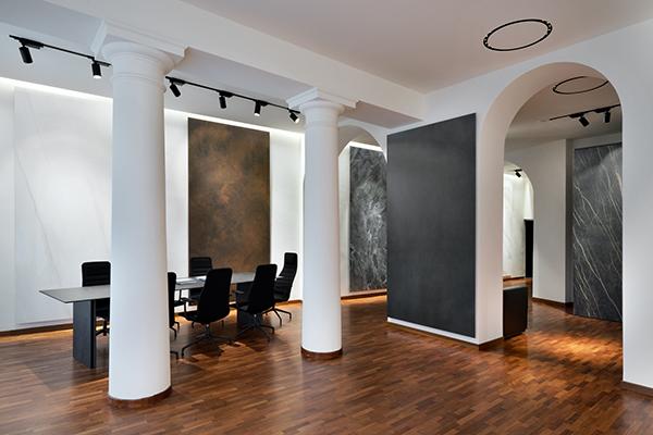 Non solo pavimenti e pareti, la duttilità del materiale lo rende adatto anche ad altri utilizzi come nelle finiture. Esposti alcuni esempi nati in collaborazione con altri marchi del settore