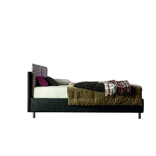 Pensato per la generazione dei Millennials, il letto tessile Frick ha una testiera su cui agganciare cuscini supplementari, design di Meneghello Paolelli Associati per Twils