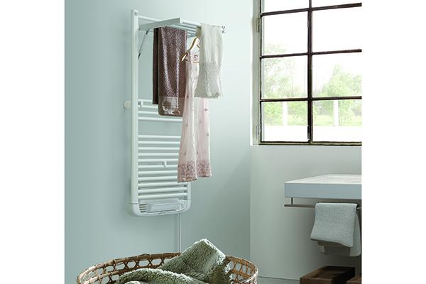 Dryer plus di Deltacalor: la mobilità della parte superiore permette allo scaldasalviette di trasformarsi in un utile e pratico stendino asciugabiancheria