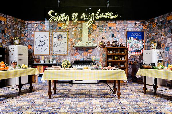 Sicily is my love è stata presentata in occasione del Salone del mobile di Milano. A seguire la collezione di piccoli elettrodomestici firmata Smeg e Dolce&Gabbana