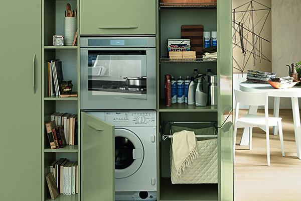 La lavatrice sotto il forno. Perché no? Tra i nuovi accessori della gamma Alicante di Febal Casa anche il cesto estraibile portabiancheria