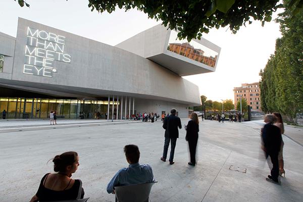 """Al <a href=""""http://www.fondazionemaxxi.it/it/"""">Maxxi</a> di Roma, il Museo nazionale delle arti del XXI secolo,  sono in programma mostre permanenti e temporanee (l'ultima inaugurata è la monografica a Piero Gilardi dal titolo <em>Nature Forever</em>), ma già visitare la sua struttura è un viaggio a sé: il progetto architettonico è stato realizzato da Zaha Hadid (foto Musacchio&Ianniello)"""