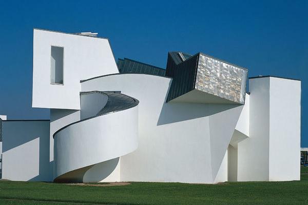 """A Weil am Rhein, vicino Basilea, il <a href=""""http://www.design-museum.de"""">Vitra Design Museum</a> ospita una collezione di circa 20mila oggetti. Fino al 14 maggio l'esposizione <em><a href=""""http://design.repubblica.it/2017/02/01/il-vitra-design-museum-ospita-hello-robot/#1"""">Hello, Robot. Design between Human and Machine</a></em> pone l'attenzione su come la robotica sia entrata nelle nostre vite e stia fortemente cambiando la nostra quotidianità"""