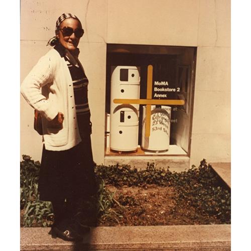 L'architetto Anna Castelli Ferrieri davanti alla vetrina del bookshop del MoMA. I Componibili, infatti, sono entrati a far parte dell'esposizione permanete del museo di arte moderna di New York