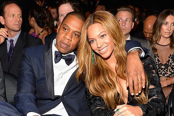 Beyoncé e Jay-Z - A quanto pare, un'altra coppia che mitiga l'ansia per l'arrivo di due gemelli allargando i suoi spazi. E quella della cantante e del rapper americani è stata una vera gara al rialzo per acquistare la villa da 120 milioni di dollari a Cuesta Way, la zona privata di Bel Air, dotata, tra le altre cose, di una sala stampa, uno studio di registrazione, due piscine e un centro benessere con sauna e bagno turco. Ma quel che è più importante è che tutto è disposto in sei padiglioni indipendenti circondati da due ettari di giardino. A prova di privacy