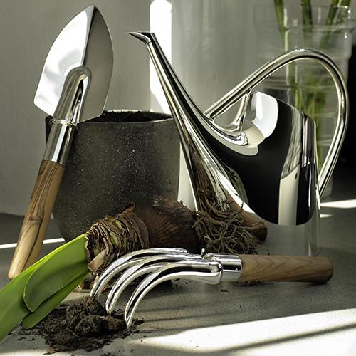 La collezione di De Vecchi Milano 1935 è disponibile in argento o silver plated. È composta da annaffiatoio, rastrello e paletta con impugnatura in legno (prezzo su richiesta)