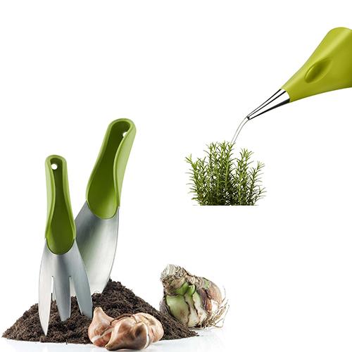 Il piccolo beccuccio di Aquastar di Eva Solo permette di innaffiare anche le piante più piccole senza il rischio di far traboccare l'acqua (34,95 euro, distribuito da Schoenhuber). Della stessa linea  una paletta e  una miniforca per rastrellare il terreno (49,90 euro)