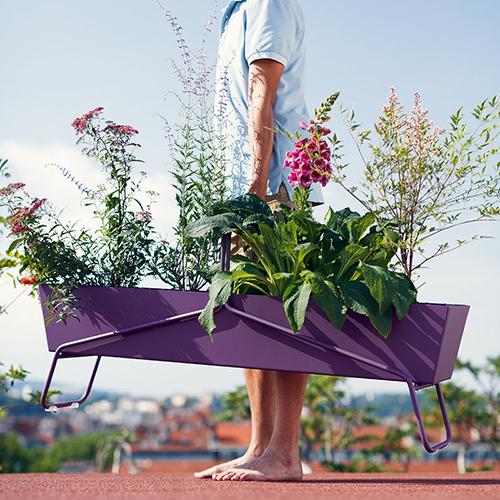 La fioriera Basket di Fermob è leggera e semplice da spostare (454 euro in vendita su www.madeindesign.it)