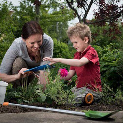Fare giardinaggio con i bambini per imparare a conoscere la natura: Fiskar, il marchio finlandese, specializzato anche nella cura del verde, ha una collezione di prodotti pensati per i più piccoli