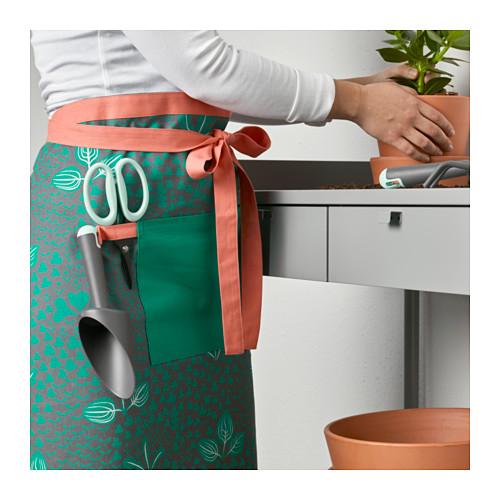 Da Ikea il grembiule Kryddnejlika: le tasche si possono usare per i piccoli oggetti e appendere agli occhielli gli attrezzi da giardinaggio (6,99 euro)
