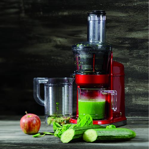 """L'<em>Estrattore di succo ad alta potenza</em> di <a href=""""https://www.kitchenaid.it/"""">KitchenAid</a> è in grado di lavorare un gran numero di ingredienti: frutta, verdura secca, foglie verdi (come quelle degli spinaci), erbe aromatiche e carne che può essere tagliata e omogeneizzata (499 euro)"""