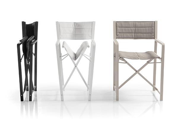 """La sedia da regista  <em>Cross</em> di <a href=""""http://www.manutti.com/it/"""">Manutti</a> si caratterizza per l'eccezionale resistenza alle condizioni esterne date dall'utilizzo del tessuto Batyline (590 euro)"""