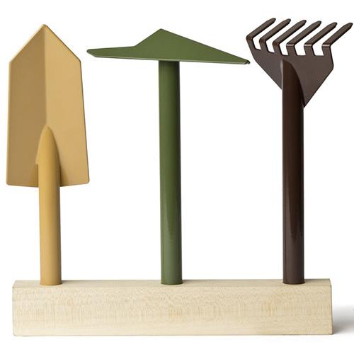 Orte, progettato daGiulio Iacchetti, è un set di attrezzi per il giardinaggio composto da zappetta, rastrello a 6 denti e paletta. Realizzati in metallo verniciato, sono dotati di una base in legno su cui possono essere innestati a fine lavoro (126 euro)