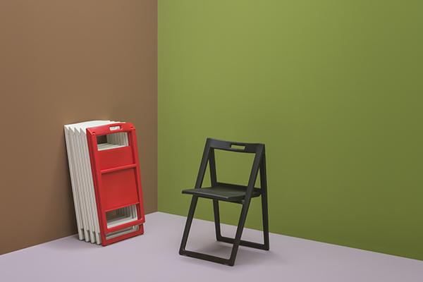 """<em>Enjoy</em> di <a href=""""http://www.pedrali.it/"""">Pedrali</a> ha un foro nello schienale grazie al quale può essere trasportata con facilità e appesa alla parete quando non serve (104 euro)"""
