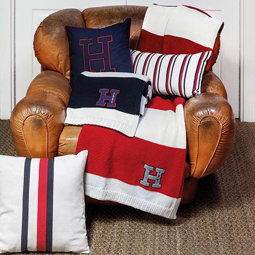Larghe, sottili o più spesse: la serie di cuscini e plaid della Tommy Hilfiger Home collection si caratterizza per le righe come motivo dominante