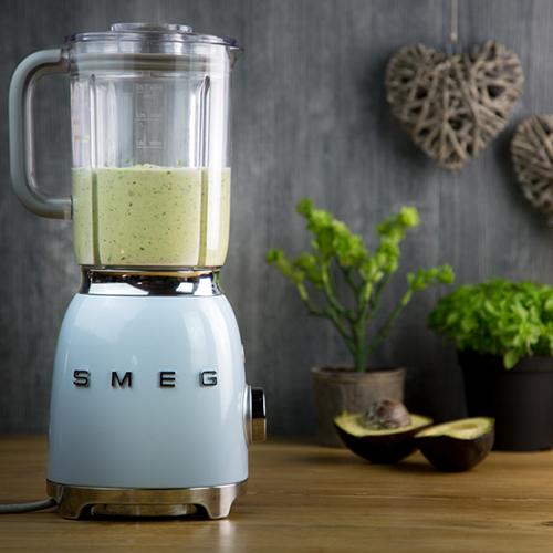 """Il frullatore di <a href=""""http://www.smeg.it/"""">Smeg</a> è dotato di 3 funzioni preimpostate: tritaghiaccio per sminuzzare il ghiaccio, smoothie per ottenere composti densi e cremosi e pulse per incrementare la velocità a piacimento con la pressione di un tasto (229 euro)"""
